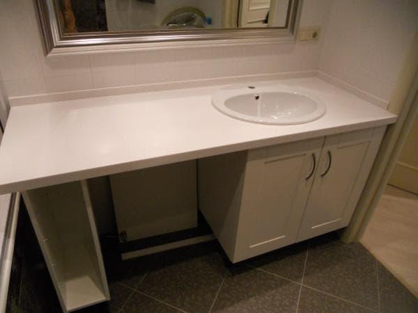 столешница со встроенной раковиной в ванную комнату