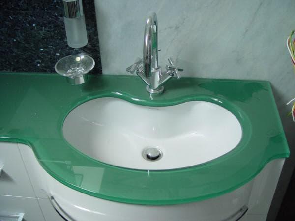 столешница из стекла в ванную комнату