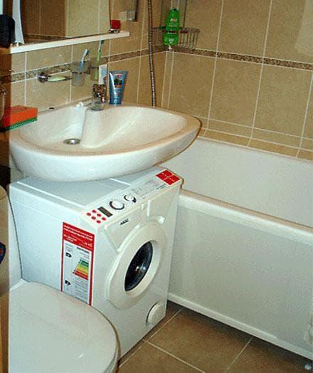стиральная машинка от Zanussi под раковиной
