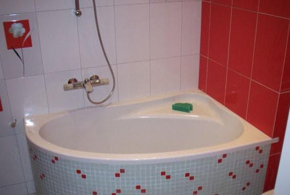 маленькая угловая ванная
