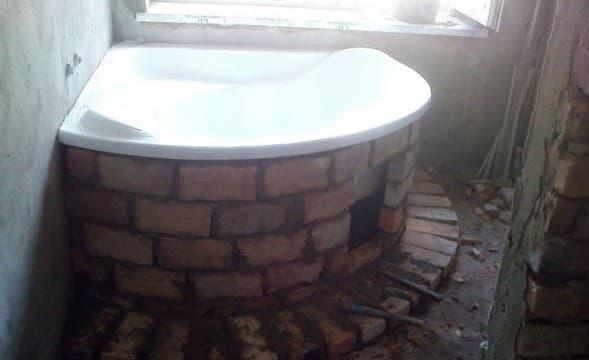 угловая ванная на фундаменте