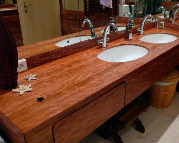 столешница из дерева в ванную комнату