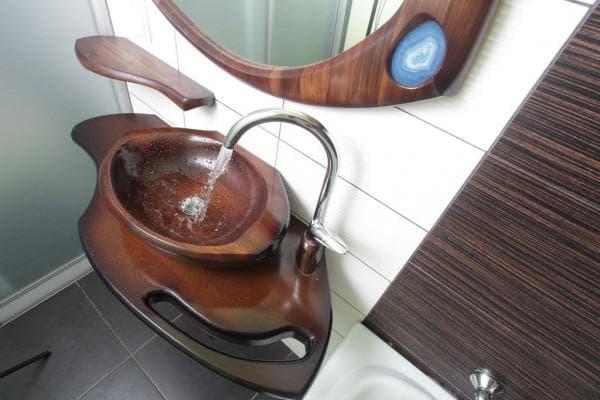 раковина из дерева в ванную комнату