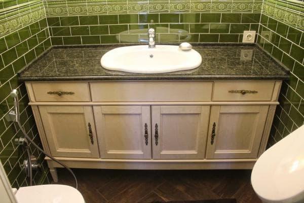 раковина с тумбой большого размера в ванную комнату